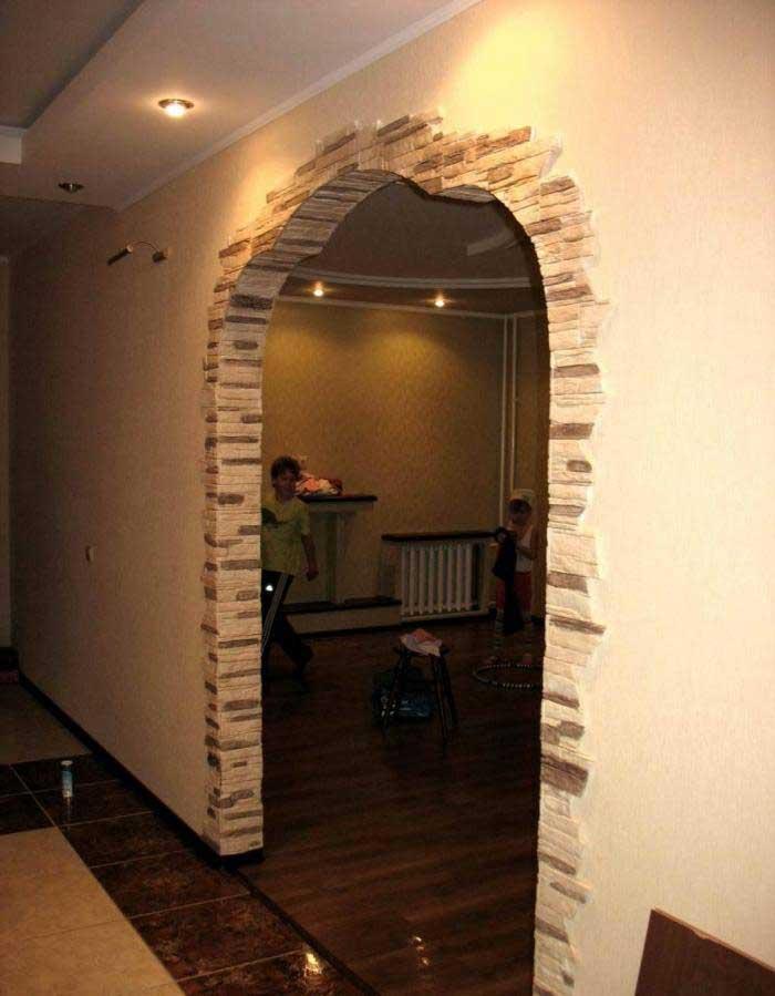 Оформление дверного проема (55 фото): отделка после установки железной модели, обналичка и обрамление декоративным камнем