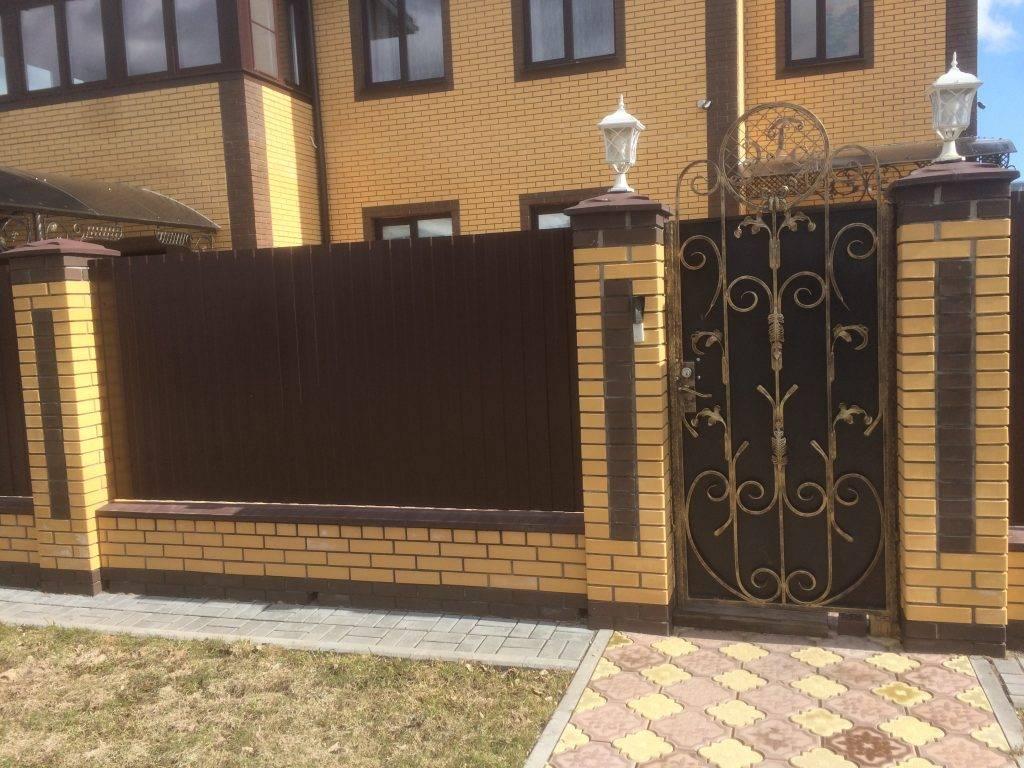 Забор из кирпича (117 фото): универсальный кирпичный забор для частного дома, красивые варианты декора облицовочным камнем