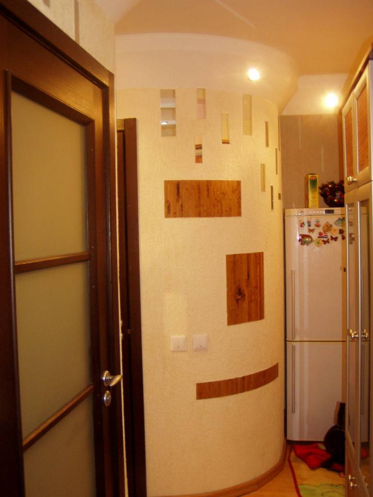 Интересные варианты установки холодильника в интерьере коридора