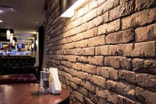 Декоративный кирпич в прихожей (75 фото): дизайн кирпичиков на стену в коридор, кирпичная стена в интерьере. внутренняя отделка гипсовым и другим кирпичом