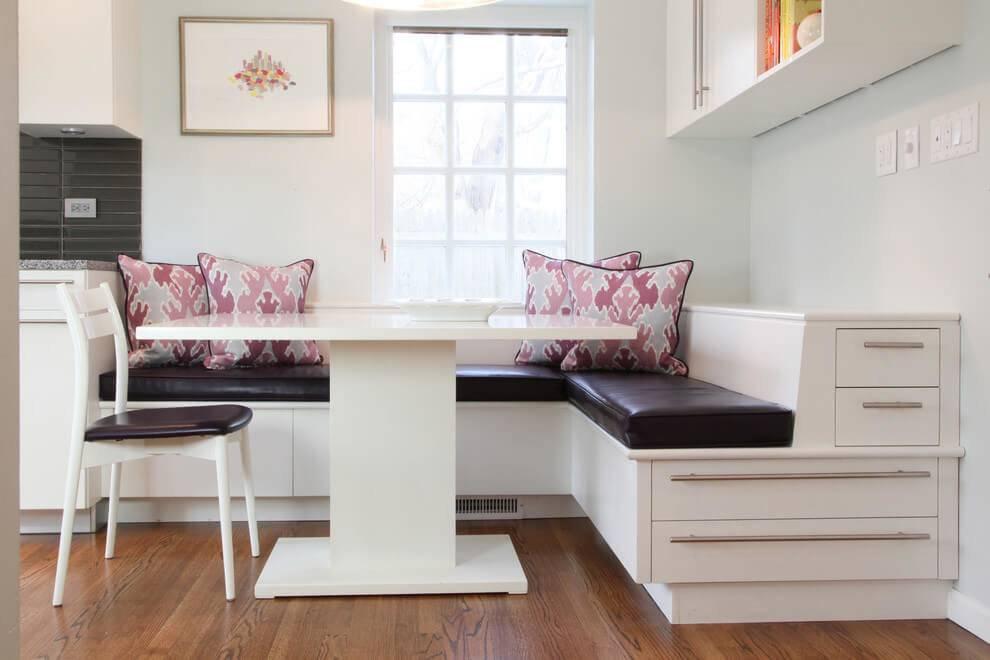 Дизайн маленькой кухни с диваном, телевизором и обеденной зоной  - 35 фото