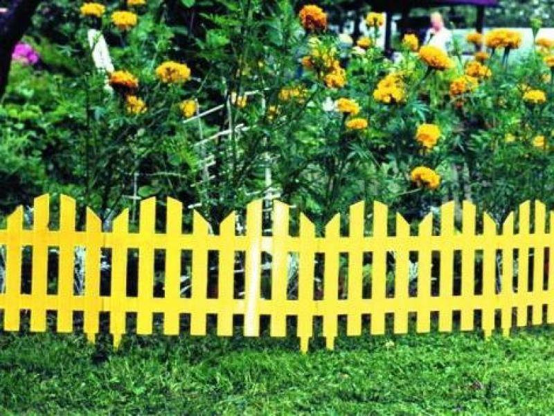 Как украсить забор: 12 эконом идей своими руками
