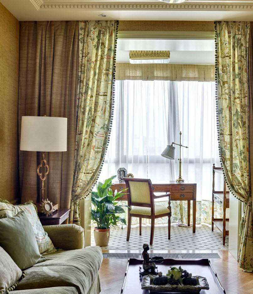 Дизайн штор для гостиной с двумя окнами: фото примеров в интерьере на два окна с простенком, угловых штор, для двух окон на одной стене