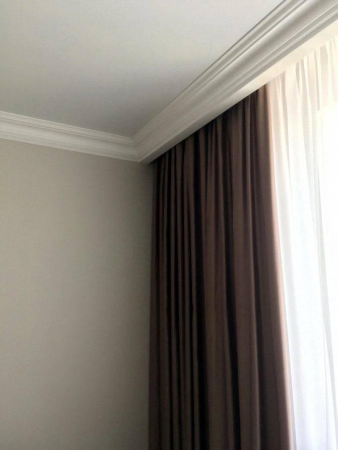 Какой карниз лучше потолочный или настенный при натяжном потолке
