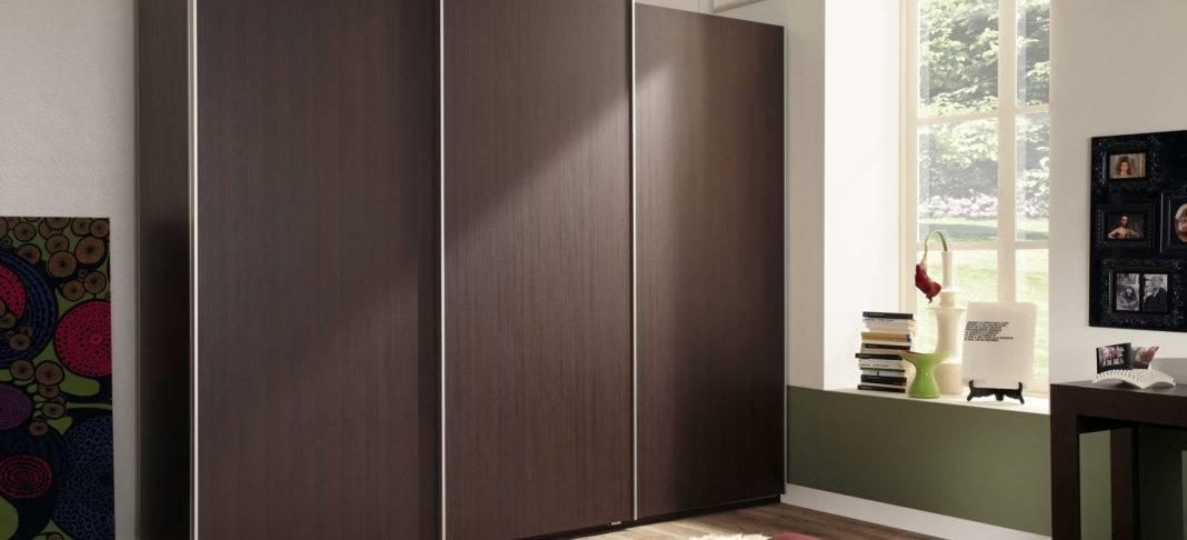 Двери раздвижные для гардеробной, преимущества, виды, материалы, уход