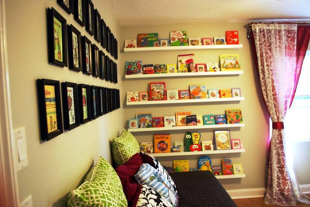 Книжные полки в интерьере, по каким параметрам выбирать и как подобрать под нужный стиль - 21 фото