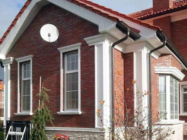 Фасадные панели под камень: разновидности материалов, особенности использования и монтажа