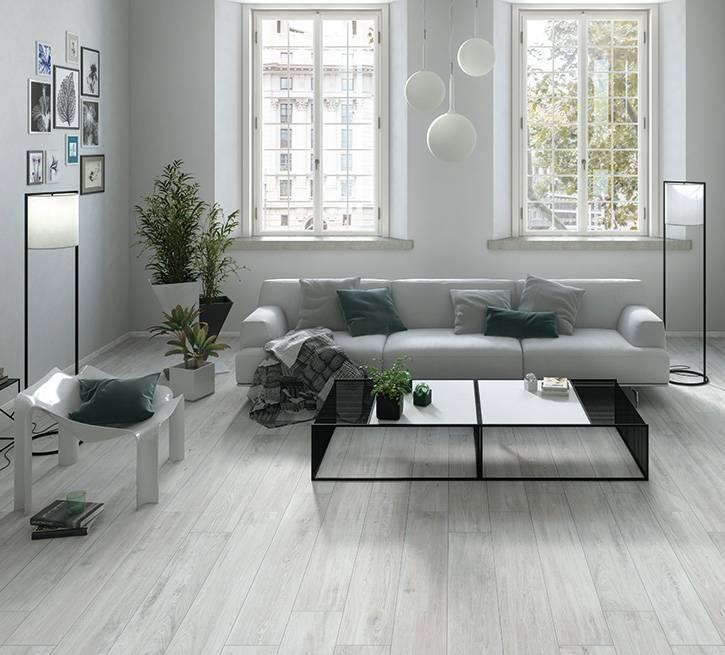 Белый пол и белые стены (66 фото): глянцевое и мраморное напольное покрытие в интерьере квартиры, сочение темного кафеля на полу и белых дверей в гостиной