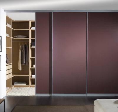 Раздвижные двери для гардеробной (43 фото): плюсы, минусы, виды конструкций