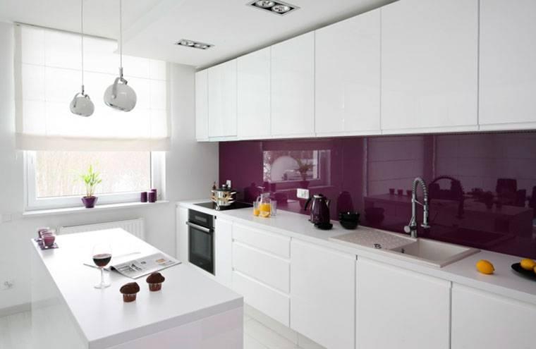 Фартук для белой глянцевой кухни: как подобрать к гарнитуру, варианты отделки по цвету, современный красивый дизайн, советы дизайнера  - 22 фото