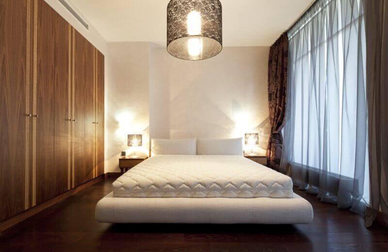 Светильники в спальню: примеры размещения на тумбочке и над кроватью, обзор модных новинок, фото красивого дизайна