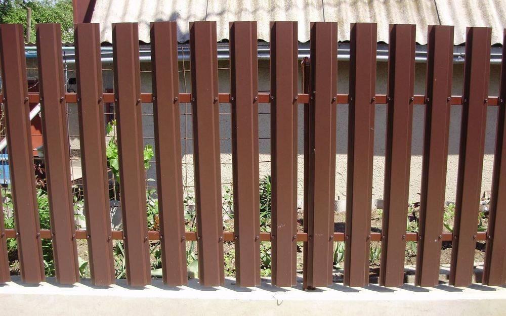 Горизонтальный евроштакетник на заборе [10+ фото]