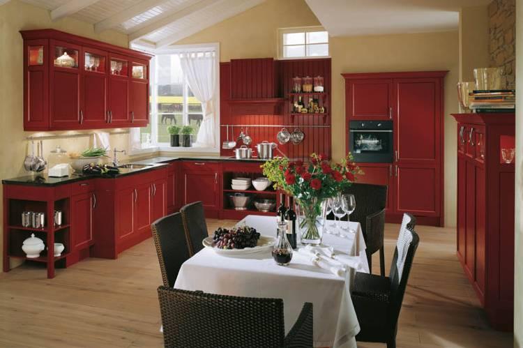 Белая глянцевая кухня в интерьере в современном стиле: цвет фасада гарнитура, дизайн с яркими акцентами и деревом, угловая маленькая кухня  - 31 фото