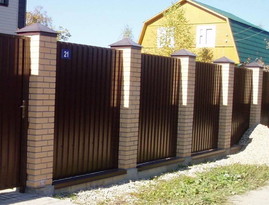 Забор из кирпича и профнастила своими руками: выбор материалов, 14 фото