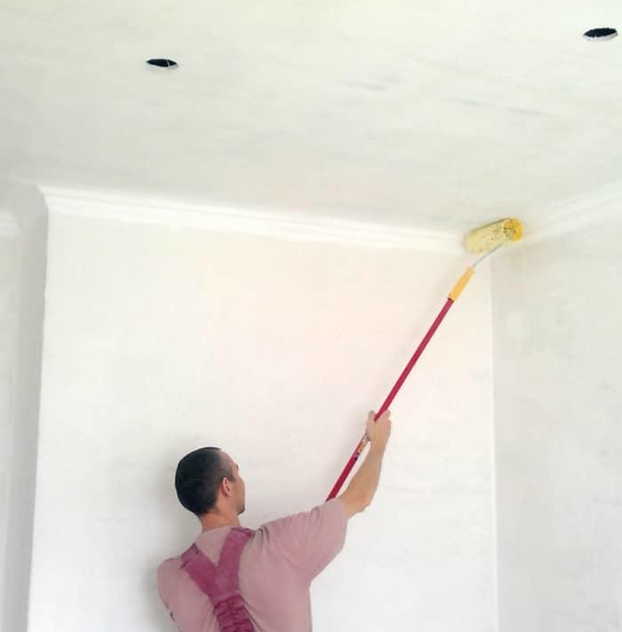Чем покрасить потолок на кухне: инструкция