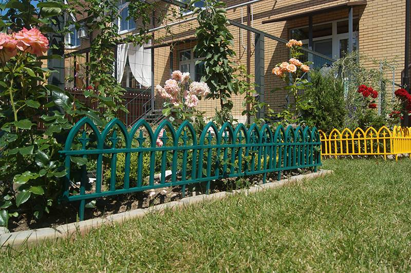Декоративные заборы для сада (47 фото) из дерева, камня и бетона