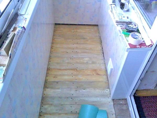 Как сделать пол на балконе своими руками: два варианта и их особенности