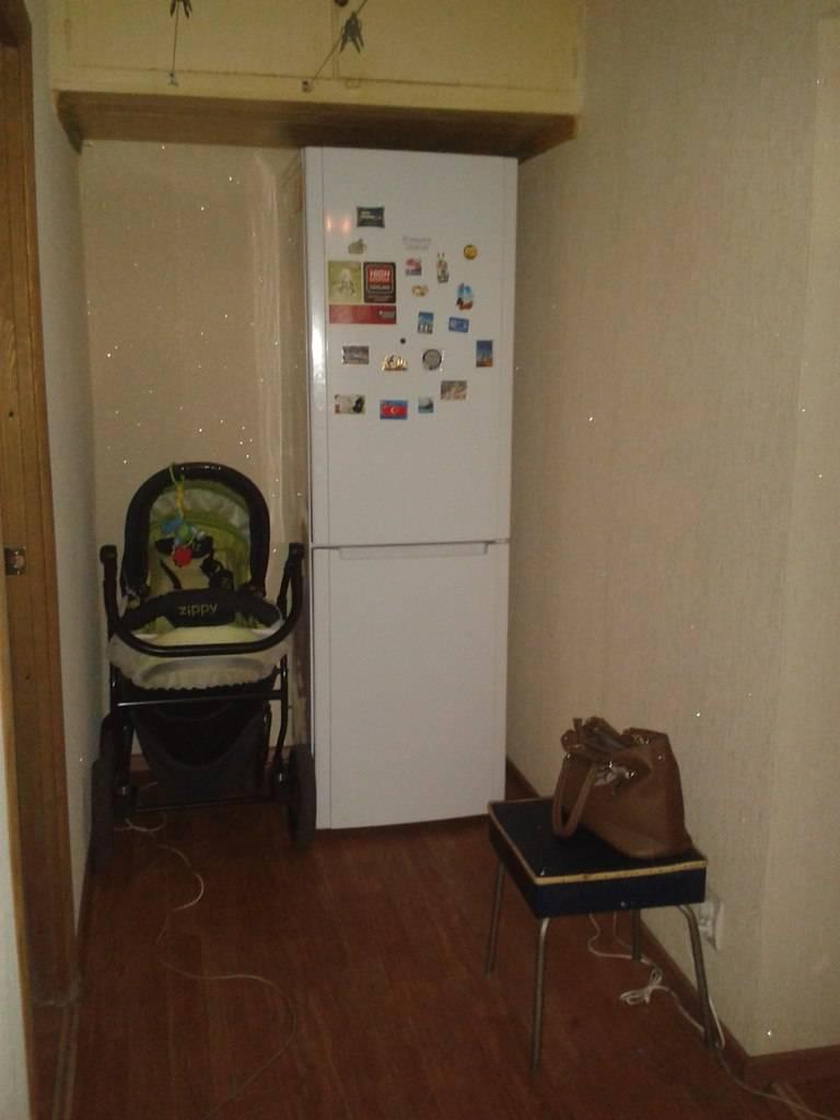 Красивое и удобное расположение холодильника в коридоре