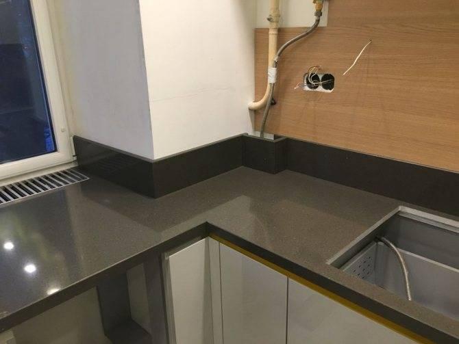 Плинтус для столешницы на кухне: виды, материалы, установка с фото