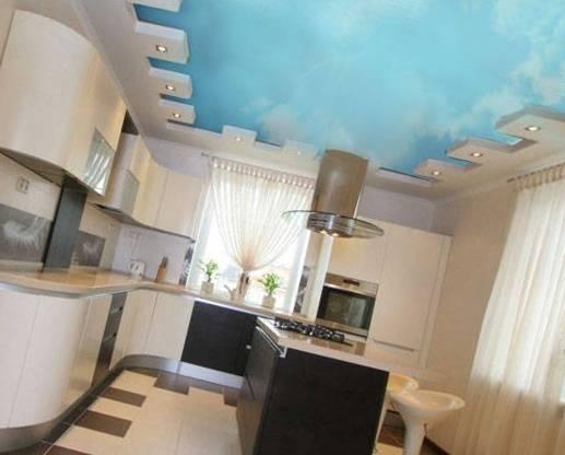 Натяжной потолок на кухне: модное решение или оптимальный выбор?