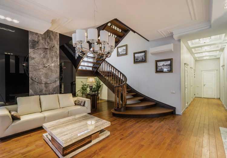 Гостиная с лестницей на второй этаж: варианты оформления с кухней, фото интерьера