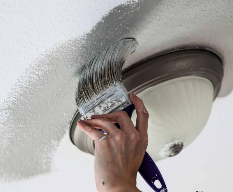 Красим потолок водоэмульсионкой прямо поверх старой краски, не смывая