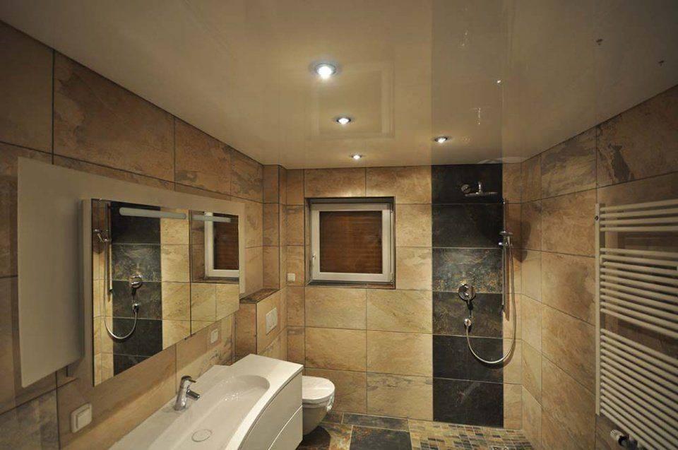 Натяжной потолок в ванной (68 фото): плюсы и минусы, можно ли делать глянцевый вариант в ванной комнате, отзывы