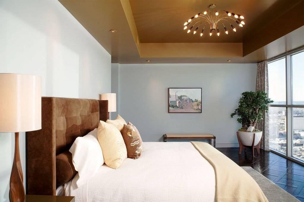 Натяжной потолок в спальню — современные идеи дизайна с подсветкой и без люстры, фото реальных примеров