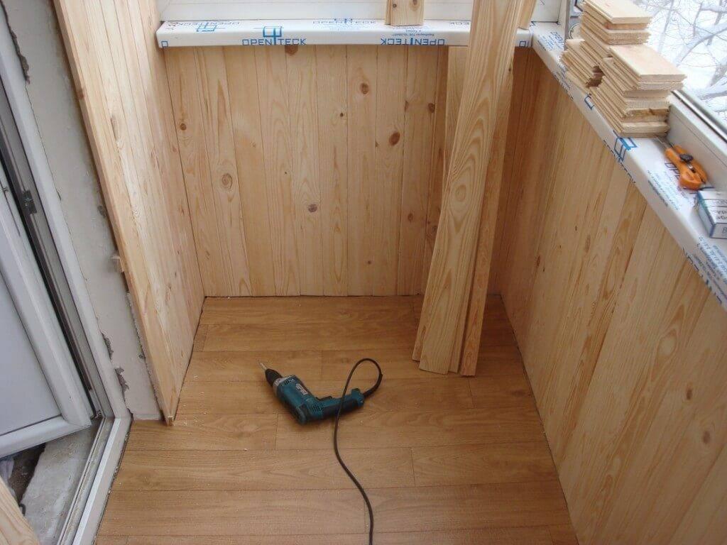 Отделка лоджии вагонкой (35 фото): обшивка деревянной евровагонкой внутри лоджий и балконов. интересные идеи дизайна балконов с внутренней отделкой вагонкой