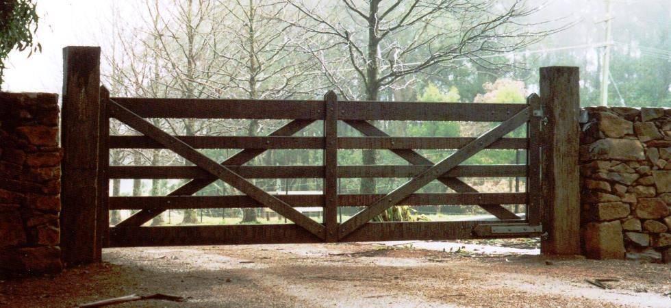 Какой забор лучше? выбрать забор легко...какой должен быть забор?