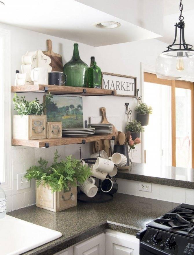 Открытые полки на кухне вместо навесных шкафов над обеденным столом в интерьере  - 25 фото