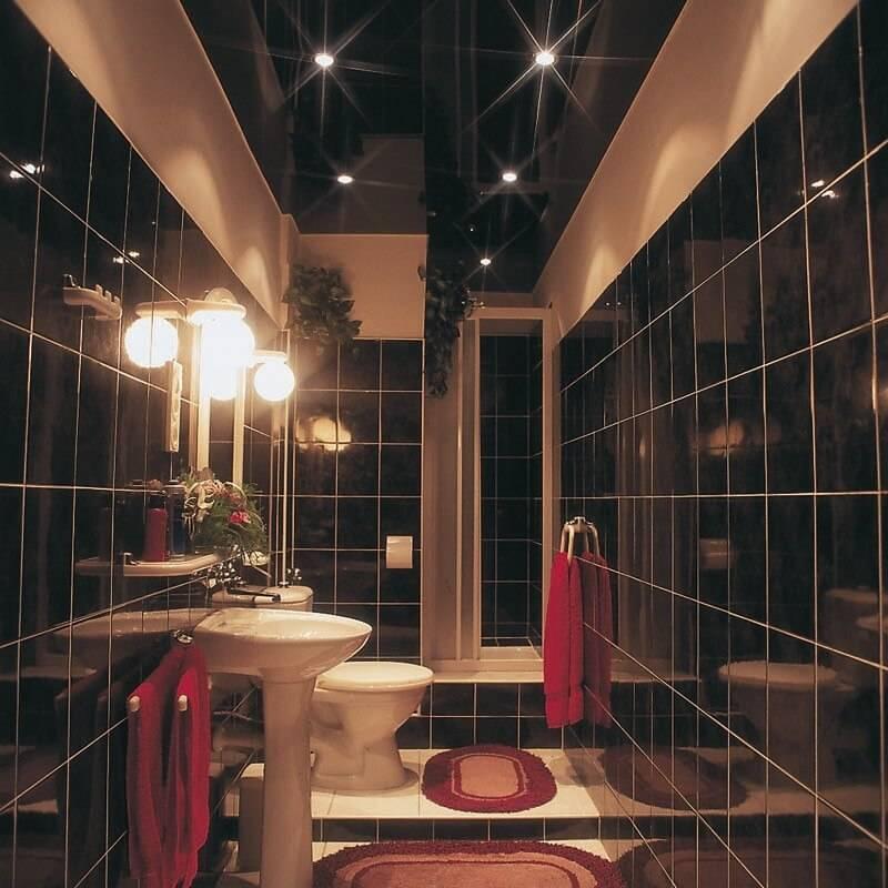 Натяжной потолок в ванной: плюсы и минусы, глянцевый или сатиновый, установка, монтаж, недостатки устройства в ванной комнате