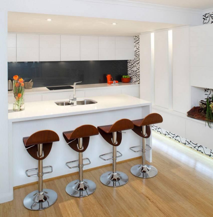 Кухня с барной стойкой, совмещенная с гостиной в современном стиле в маленькой площади вместо перегородки  - 43 фото