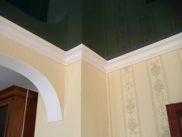 Выбор и монтаж потолочных плинтусов для натяжного потолка
