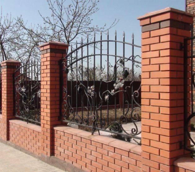 Забор с кирпичными столбами и профнастилом