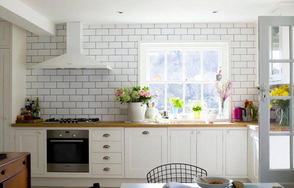 Фартук из белой плитки на кухне: варианты дизайна