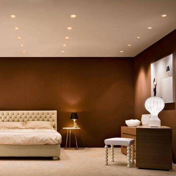Натяжной потолок с люстрой и точечными светильниками: варианты сочетаний, организация освещения без люстры