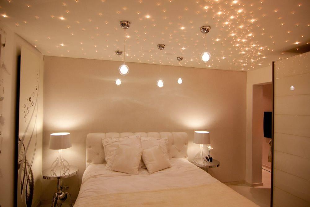Преимущества и недостатки использования светодиодных люстр для натяжного потолка