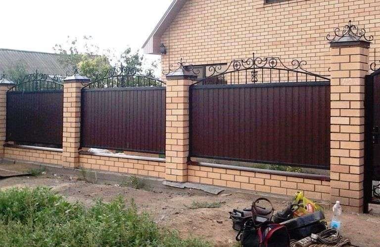 Кирпичный забор в ландшафтном дизайне