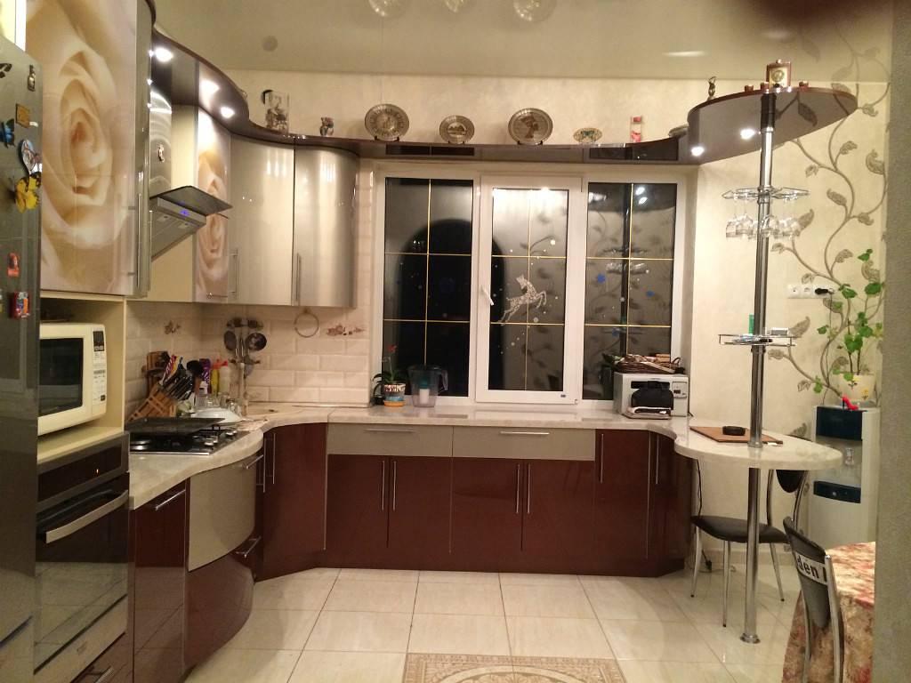 Дизайн угловой кухни с мойкой в углу и вытяжкой, встроенной техникой: г-образная планировка, проекты и самые удачные решения  - 25 фото