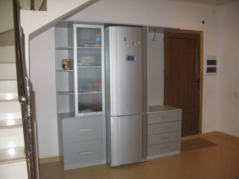 Как и куда спрятать холодильник на кухне: 7 интересных идей