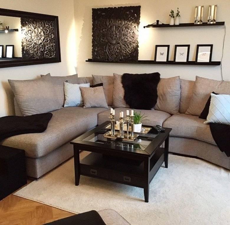 Интерьер комнаты с коричневым диваном