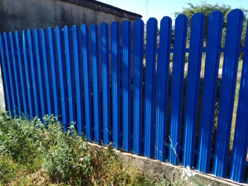 Забор из евроштакетника металлического своими руками