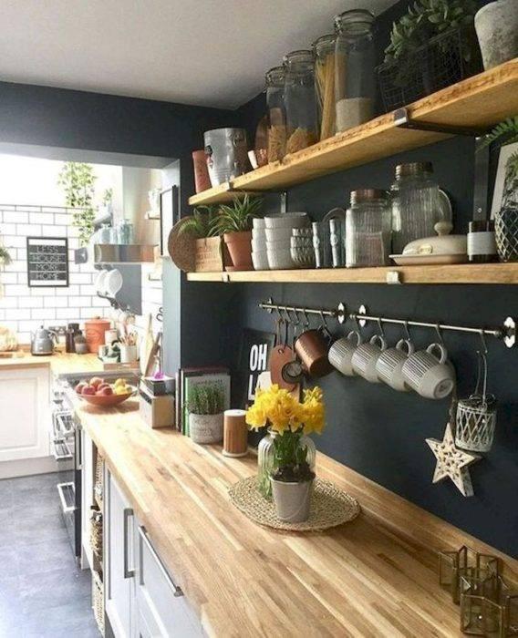 Открытые полки в интерьере кухни - 96 фото примеров