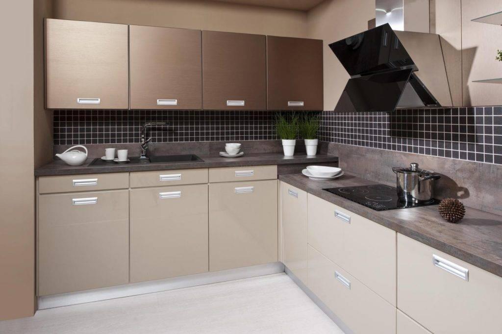 Дизайн кухни в цвете венге: темный низ, ванильный верх