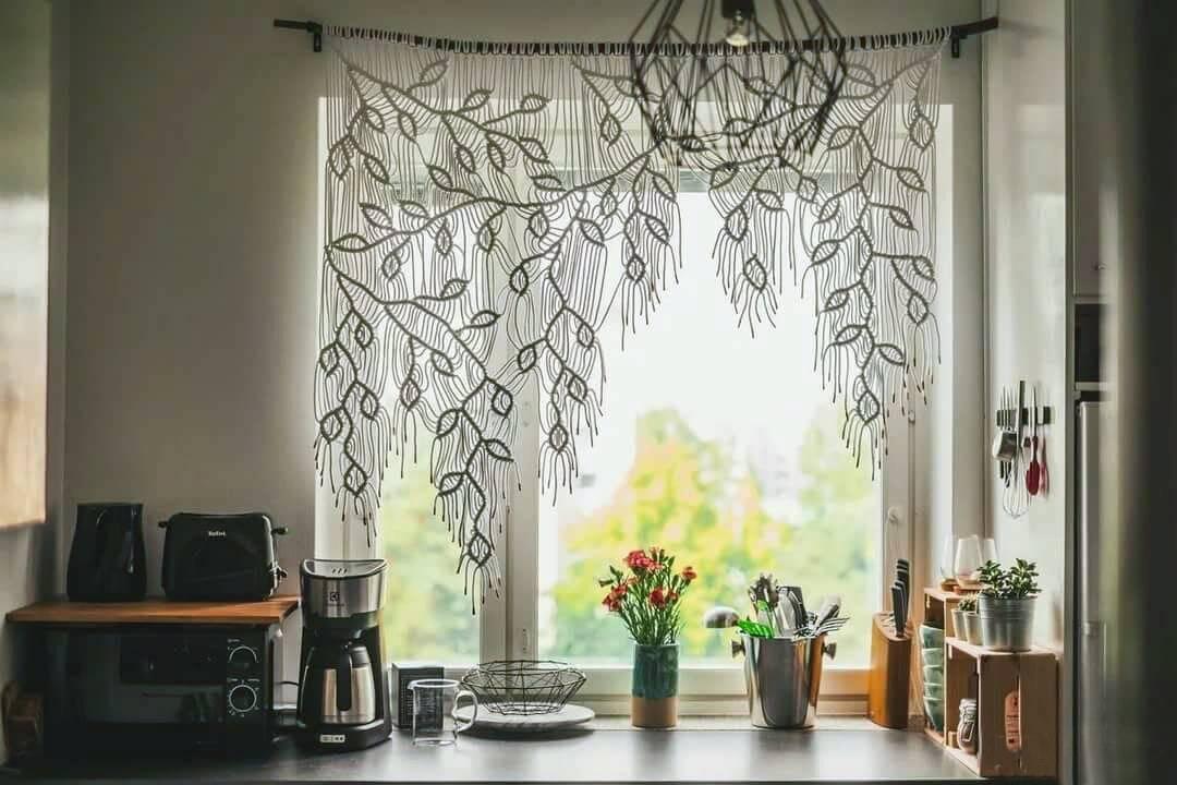 Оформление окна на кухне разными способами