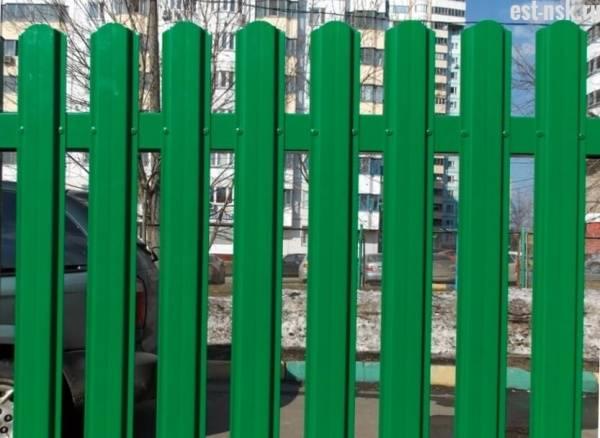 Забор из металлического штакетника – характеристики, преимущества и правила установки своими руками