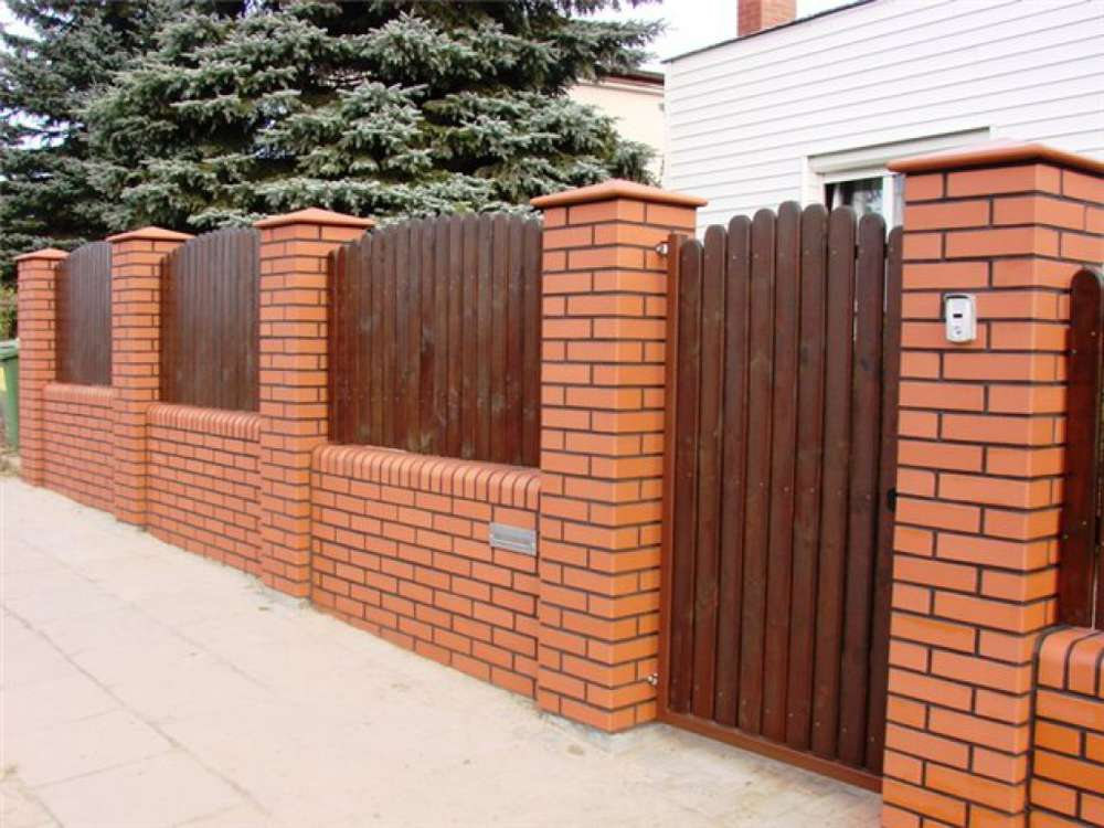Забор из профнастила своими руками с кирпичными столбами с фото