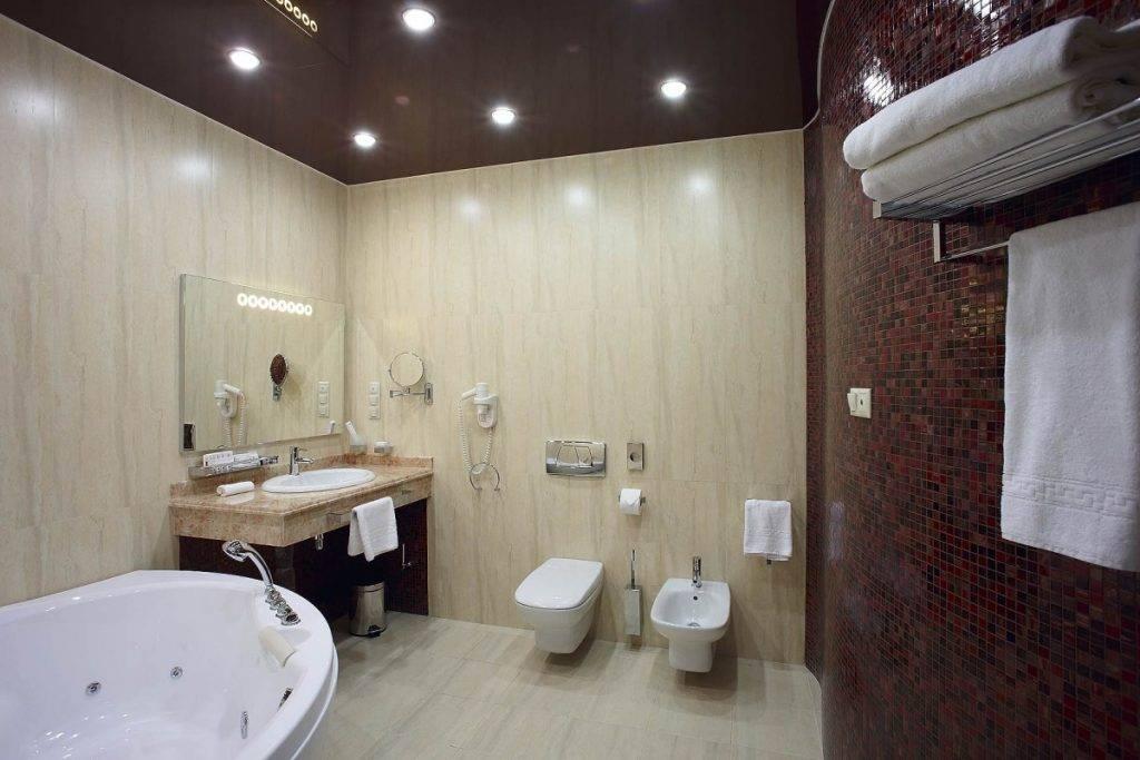 Освещение в ванной комнате с натяжным потолком: варианты без люстры, с точечными светильниками  - 23 фото