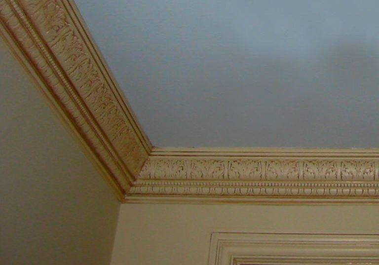 Плинтус для натяжного потолка: назначение, разновидности по материалу, форме и цвету, рекомендации по монтажу